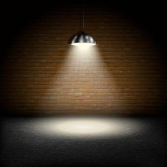 Прожектор на фоне кирпичной стены.