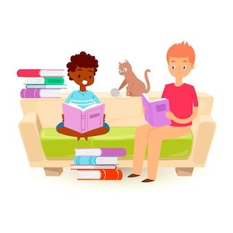 小さな子供たちが開いた本を押しながら読んでいます。アフリカの少年と白人