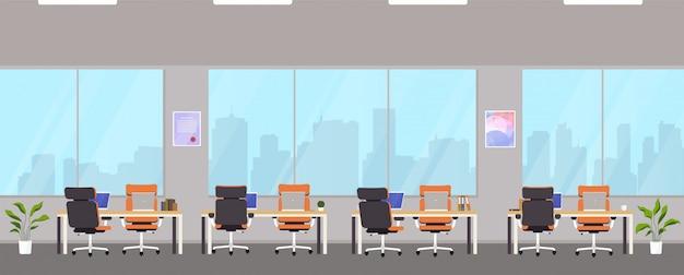 Современный офисный центр с рабочими местами.