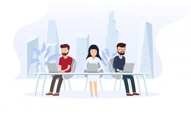 従業員とオフィスのインテリア。大きな窓と背後にある近代的な都市、デスクトップ、ラップトップを備えたクリエイティブオフィスのワークスペース。