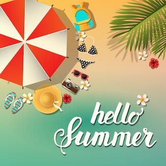 Летний фон. летние символы расположены вокруг зонтика от солнца пляж и море. надпись - привет лето