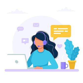 お問い合わせ。ヘッドフォンとコンピューターとマイクを持つ女性。