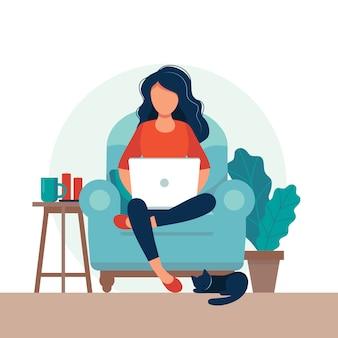 椅子の上のラップトップを持つ少女。フリーランスまたは勉強のコンセプト。