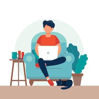 椅子に座ってラップトップを持つ男。フリーランスまたは勉強のコンセプト。
