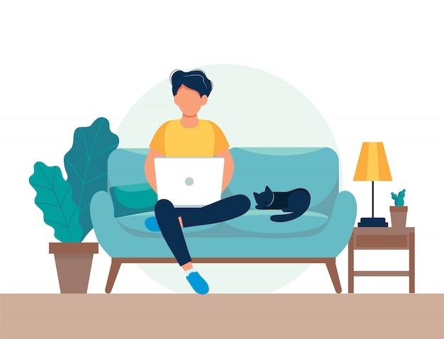 ソファの上のラップトップを持つ男。フリーランスまたは勉強のコンセプト。