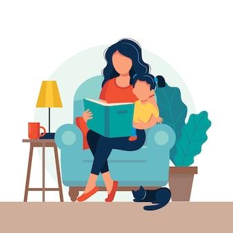 子供のために読んでママ。家族は本で椅子に座っています。