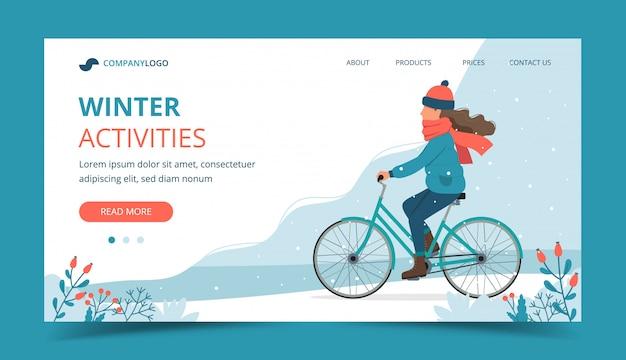 Девушка езда на велосипеде в парке зимой.