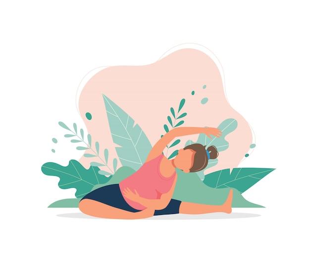 Беременная женщина занимается пренатальной йогой.