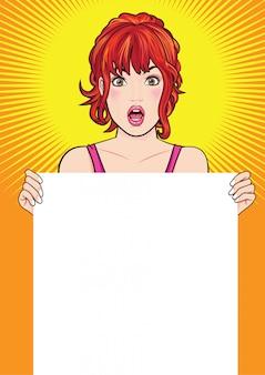 Женщина показывает пустой плакат