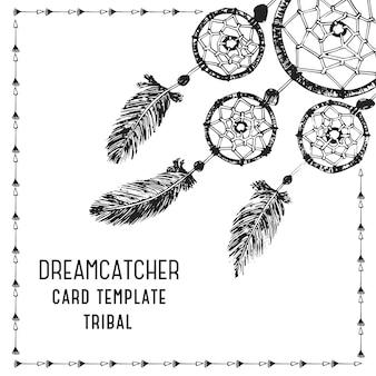 羽とインクのドリームキャッチャーで手描き。民族イラスト、部族、アメリカインディアンの伝統的なシンボル。カードのテンプレートです。