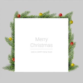 Веселая рождественская открытка с еловыми ветками и елочными шарами на сером фоне