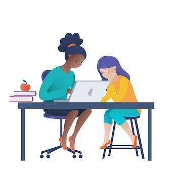 Две девочки-подростки работают на ноутбуке, программируют, изучают информатику