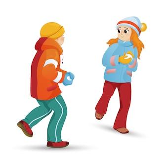 子供、子供、男の子と女の子、スノーボールをする