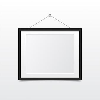 壁に空白のフォトフレーム。モダンインテリアのデザイン