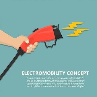 Рука держит зарядную вилку для зарядки электромобилей