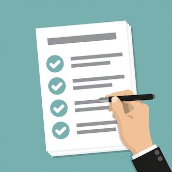 Рука держит деловой документ с контрольным списком и ручкой