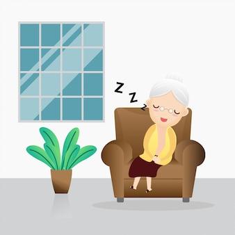 Старая женщина спит в кресле