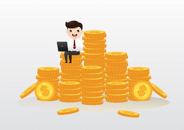 お金の山の上に座って成功した実業家労働者