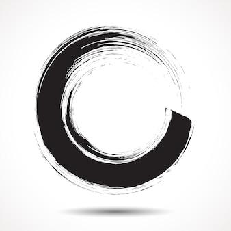 Кисть нарисовала черными чернилами круг