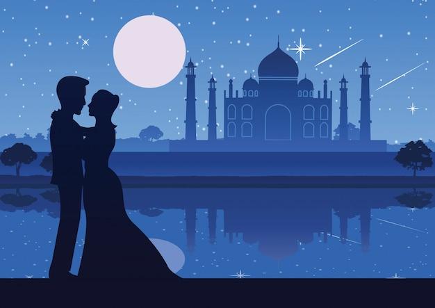 タージ・マハルで川の近くに立っているカップル