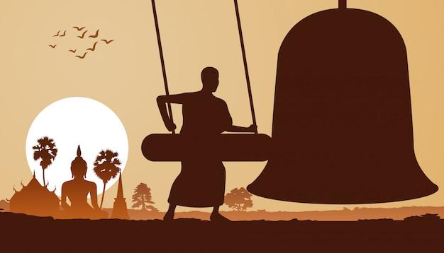 午前中に僧侶が鐘を打ちます