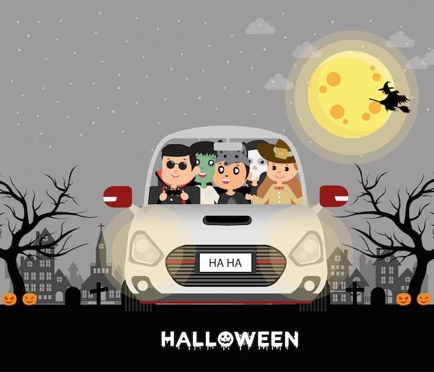 ハロウィーンの衣装の子供たち。車の中で、満月
