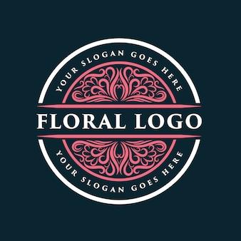 スパサロンの肌の髪と美容会社に適したピンクの手描きの女性と花のロゴバッジ