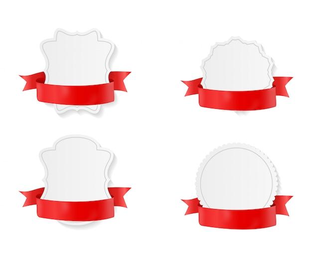 赤いリボンと弓セットのバッジ。