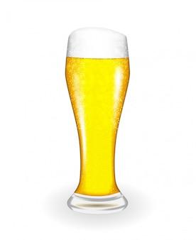 Натуральное стекло со свежим светлым холодным пивом в высоких обрастаниях