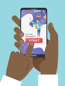 Две руки, держа мобильный телефон с образовательным приложением на экране. дистанционное электронное обучение. палец нажимает кнопку запуска