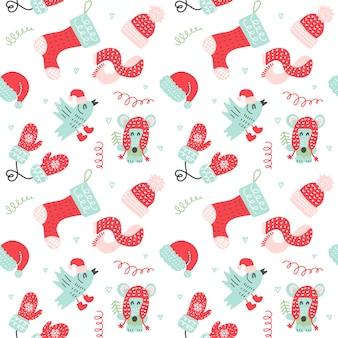 赤いミトン、ソックス、帽子、暖かい服でかわいい漫画の動物とクリスマスのシームレスパターン