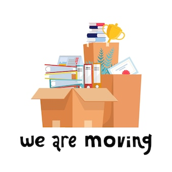 私たちは動いています。もの、ドキュメントフォルダー、植物、ゴブレットカップとオフィスの段ボール箱。新しいオフィスに移動する