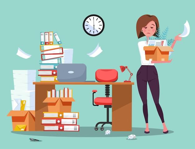 解雇。悲しい若いビジネス女性従業員は、ものの箱でオフィスを離れます。デスクとドキュメント、フォルダーのスタックの失業概念。