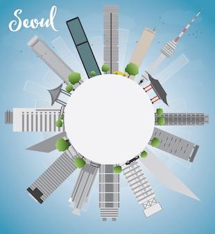 灰色の建物、青い空とコピースペースとソウルのスカイライン