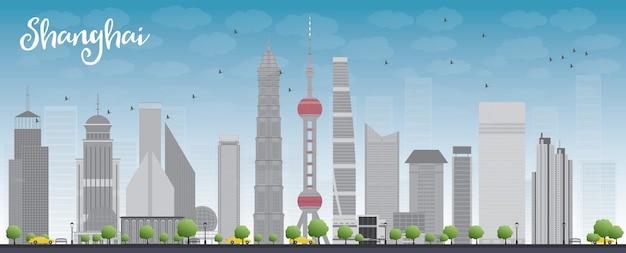 青い空と灰色の高層ビルと上海のスカイライン