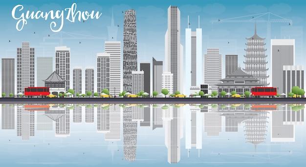 Горизонт гуанчжоу с серыми зданиями, голубым небом и отражениями.