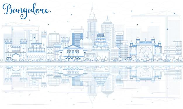 青い建物と反射のあるバンガロールのスカイラインの概要を説明します。