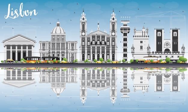 灰色の建物、青い空と反射のリスボンのスカイライン。