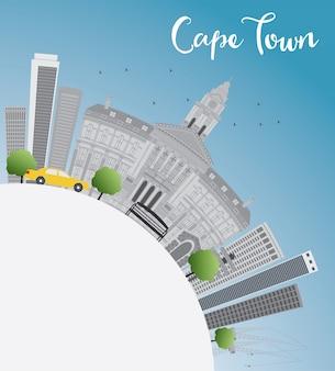 Горизонт кейптауна с серыми зданиями, голубым небом и космосом экземпляра.