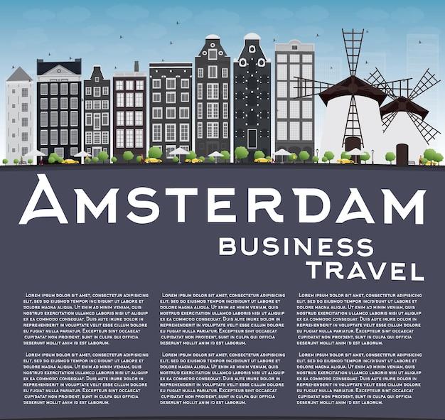 灰色の建物とアムステルダムの街並み