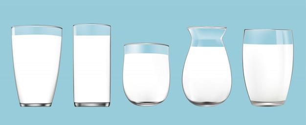 青色の背景に分離された牛乳の現実的な透明なガラス