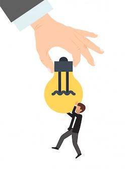 大きな手は、実業家の図に電球を与えます。創造的なアイデアを与えることのビジネスコンセプト。助けの手は電球のアイデアを与える