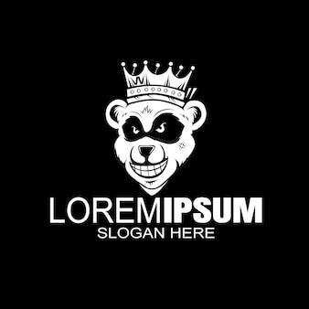 Медведь носит шаблон с логотипом короны.