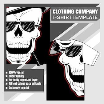 Макет одежды фирменной футболки с дизайном черепа