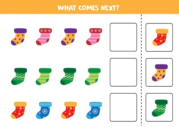 次は何が来るのか。子供向けのシーケンスゲーム。カラフルな冬の靴下のセット。