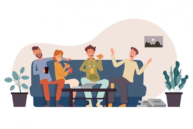 Компания из четырех друзей сидит на диване, ест пиццу, веселится, разговаривает и смеется