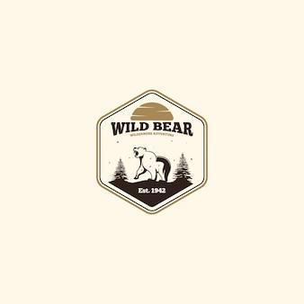 野生のクマのロゴ。屋外キャンプのロゴ