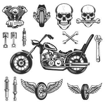 白い背景の上のビンテージバイク要素のセットです。ホイール、レーサーヘルメット、スパークプラグ。ロゴ、ラベル、エンブレム、記号、バッジの要素。図
