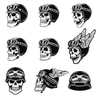Комплект черепов гонщика на белой предпосылке. череп в байкерском шлеме. элемент для плаката, эмблемы, футболки. иллюстрация
