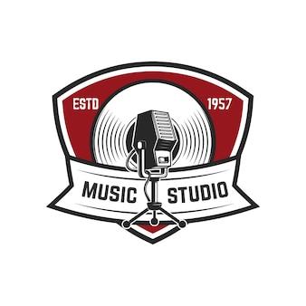 音楽スタジオ。レトロなマイクを使ってエンブレムテンプレート。ロゴ、ラベル、エンブレム、記号の要素。図